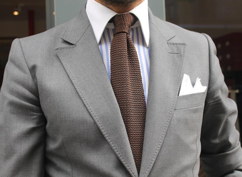 Какой галстук не подходит к серому костюму и белой рубашке