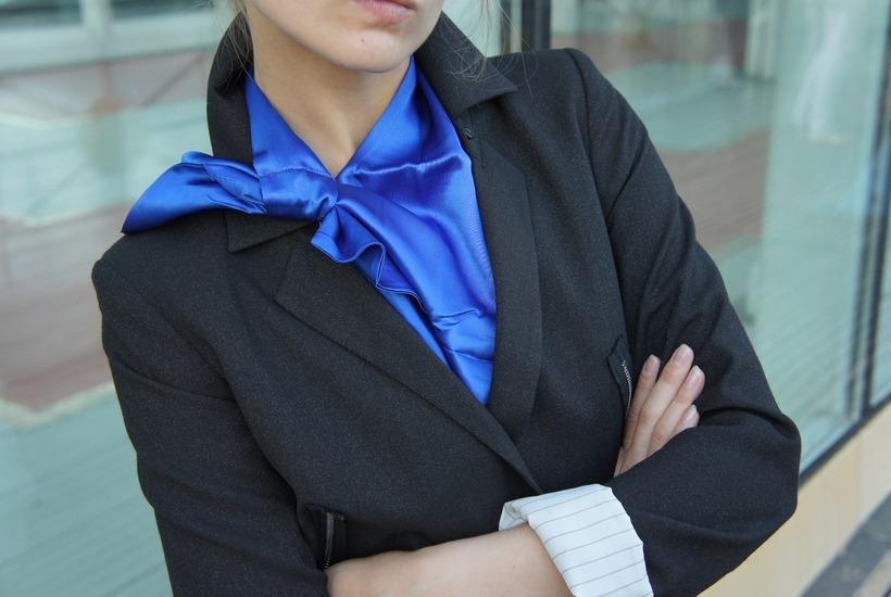 Как красиво завязать шелковый шарф или платок на шее: фото